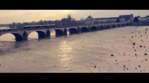 Vue sur le pont Wilson de Tours, chevauchant la Loire, une farandole de cadeaux tombe du ciel