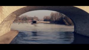 Un vaisseau spatial passe à toute vitesse à très basse altitude près du pont Wilson, touchant presque la Loire