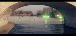Un faisceau lumineux vol au dessus de la Loire, longeant le pont Wilson de Tours, suivi dans une farandole de cadeaux