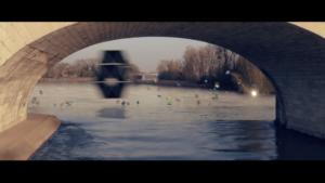 Un vaisseau spatial passe à toute vitesse à très basse altitude près du pont Wilson, touchant presque la Loire, en suivant une ligne de cadeaux