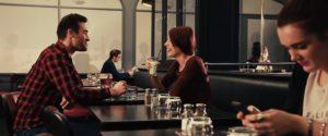 Deux personnes sont entrain de discuter et rire ensemble dans un restaurant. Vidéo réalisé pour Soft Paris par Tronatic Studio à Paris et Tours
