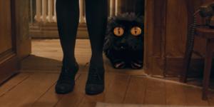 Le Petit Monstre (réalisé en VFX) derrière femme - court métrage YouTube