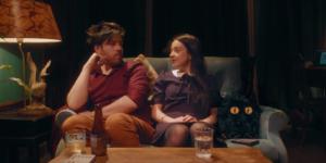 Le Petit Monstre sur canapé avec Emmy et Léo lampe verre