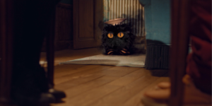 Le petit monstre vue au sol pieds tapis assiette