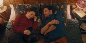 Le Petit Monstre dans lit avec Emmy et Léo, lampe, radio réveille