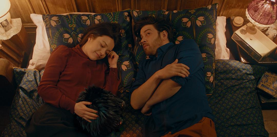 Léo et Emmy au lit avec le Petit Monstre