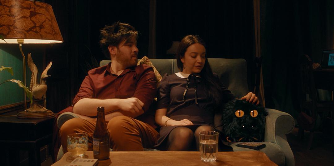 Emmy et Léo avec le Petit Monstre devant la télé