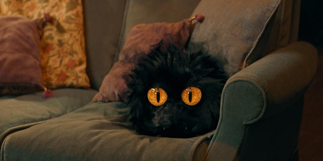 Le Petit Monstre sur le canapé