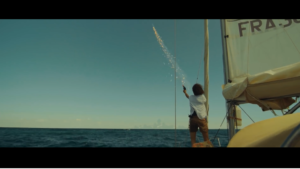 Femme sur bateau qui tire une fusée de détresse - VFX