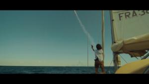 Femme super bateau qui tire une fusée de détresse - Effets spéciaux