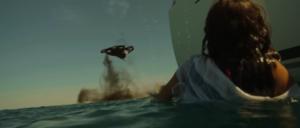 Femme dans l'océan tirant drone avec pistolet fusées de détresse VFX drone touché