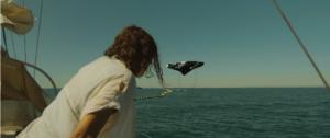 Femme de dos voyant l'arrivée d'un drone