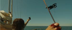 Femme sur bateau montrant une carte à un drone