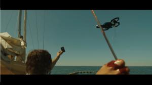Femme blessée, sang sur la main droite, sur bateau montrant une carte à un drone