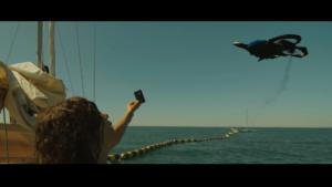 Femme sur bateau montrant une carte à un drone.