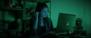 Gaëlle Ireson, comédienne dans le court-métrage Aube des Lunatik, devant son ordinateur et plaçant son oreillette