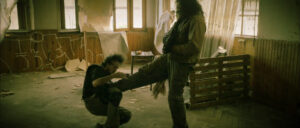 Combat entre Kirk et l'homme, Kirk est au sol, se prenant un coup de pied dans le ventre