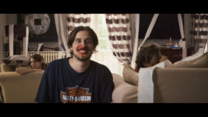 Homme souriant bien que son nez saigne
