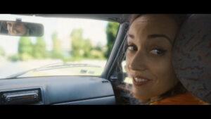 Audrey Pirault dans une voiture