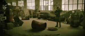 Arrivé de Kirk/Quentin dans ancien camp totalement ravagé. Tonneaux, canapé, couvertures en VFX, murs taggués