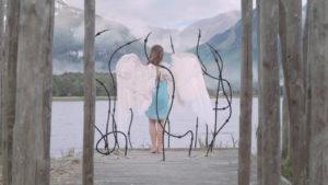 Femme avec des ailes, bord de l'eau, montagnes, emprisonnée, VFX