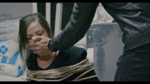 Camille Lellouche attachée sur une chaise, bâillonnée par Jeremy Nadeau