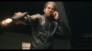 Jeremy Nadeau au téléphone tirant avec son pistolet