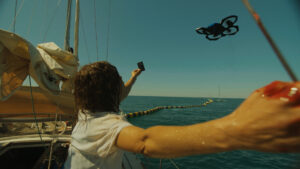 Scène effondrement les parasites canal+ bateau bouée drone