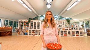 Le Meilleur Pâtissier - Marguerite rejoignant la présentatrice Marie Portolano
